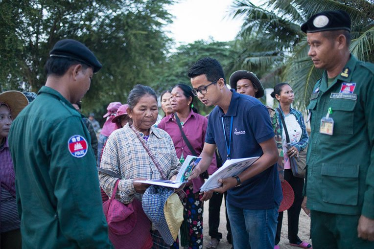 Samaritan's Purse staff teach people at the border crossing about safe migration.