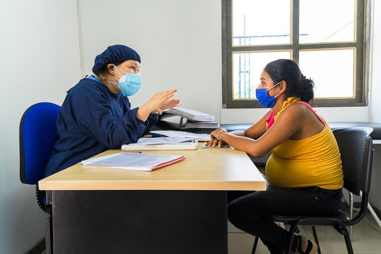 Dietician María Blanco counsels Yusleidy. This was her fifth prenatal visit to our clinic.